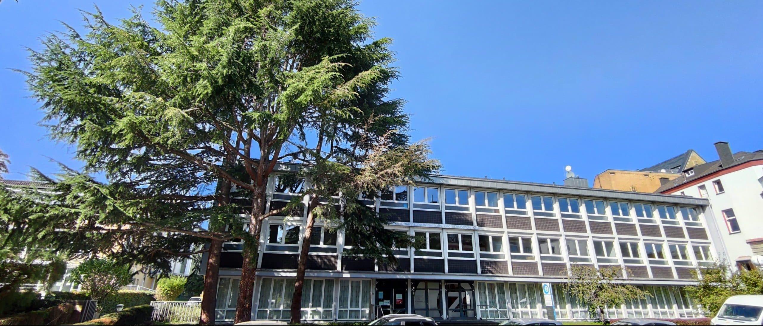 Dr. Zimmermannsche Wirtschaftsschule Schulgebäude frontal aus Sicht der Mainzer Straße