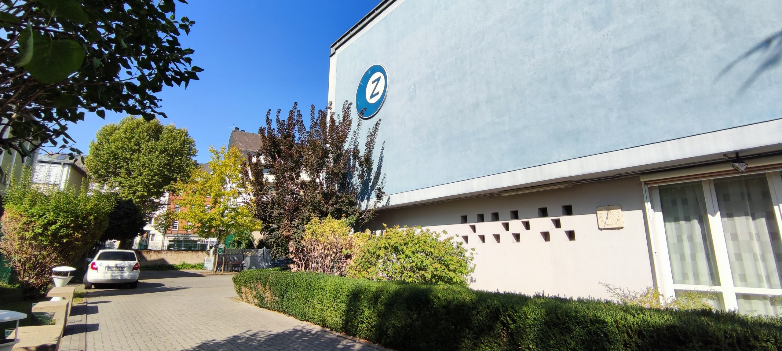 Dr. Zimmermannsche Wirtschaftsschule in Koblenz Hofeinfahrt mit Blick auf das Schulgebäude und das Firmenfahrzeug