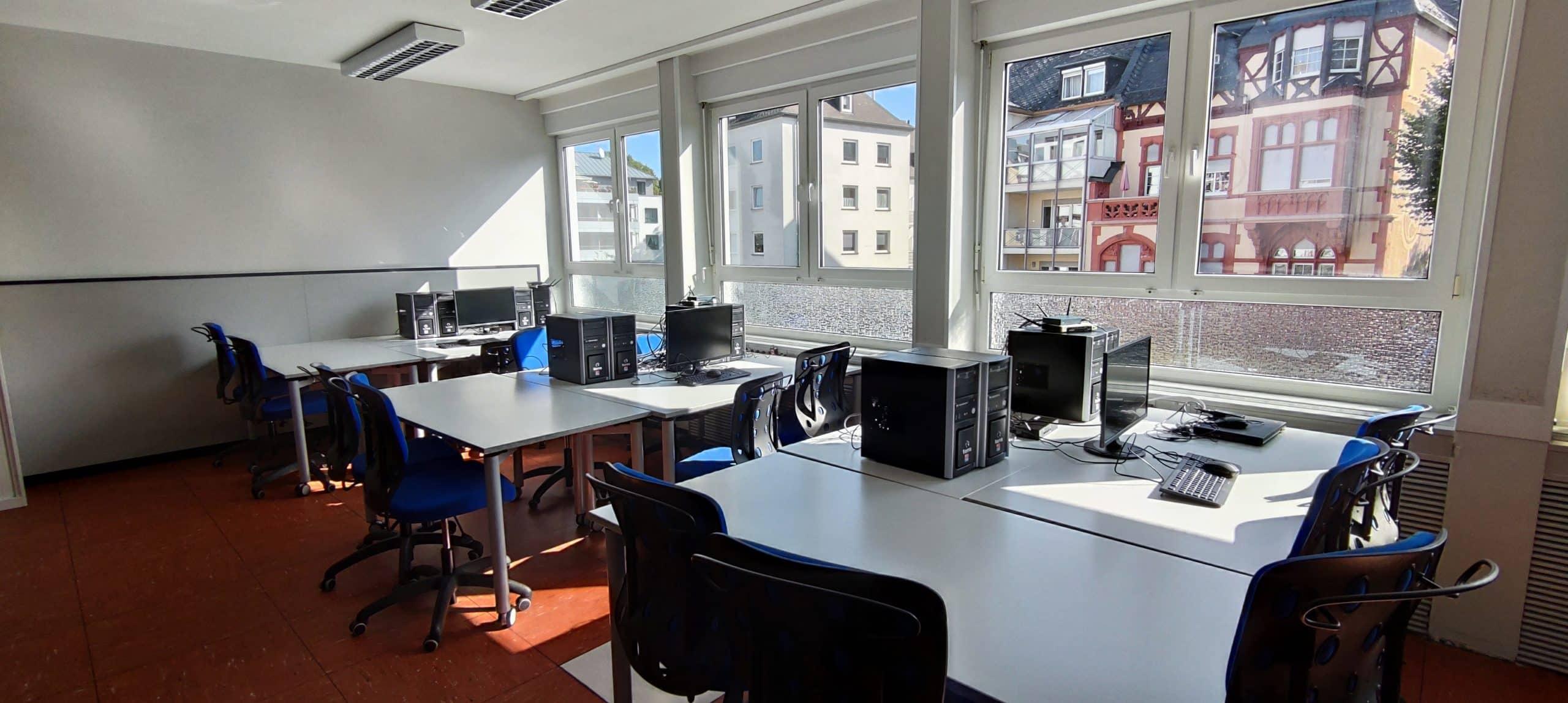 Dr. Zimmermannsche Wirtschaftsschule in Koblenz Klassenraum der HBF IT