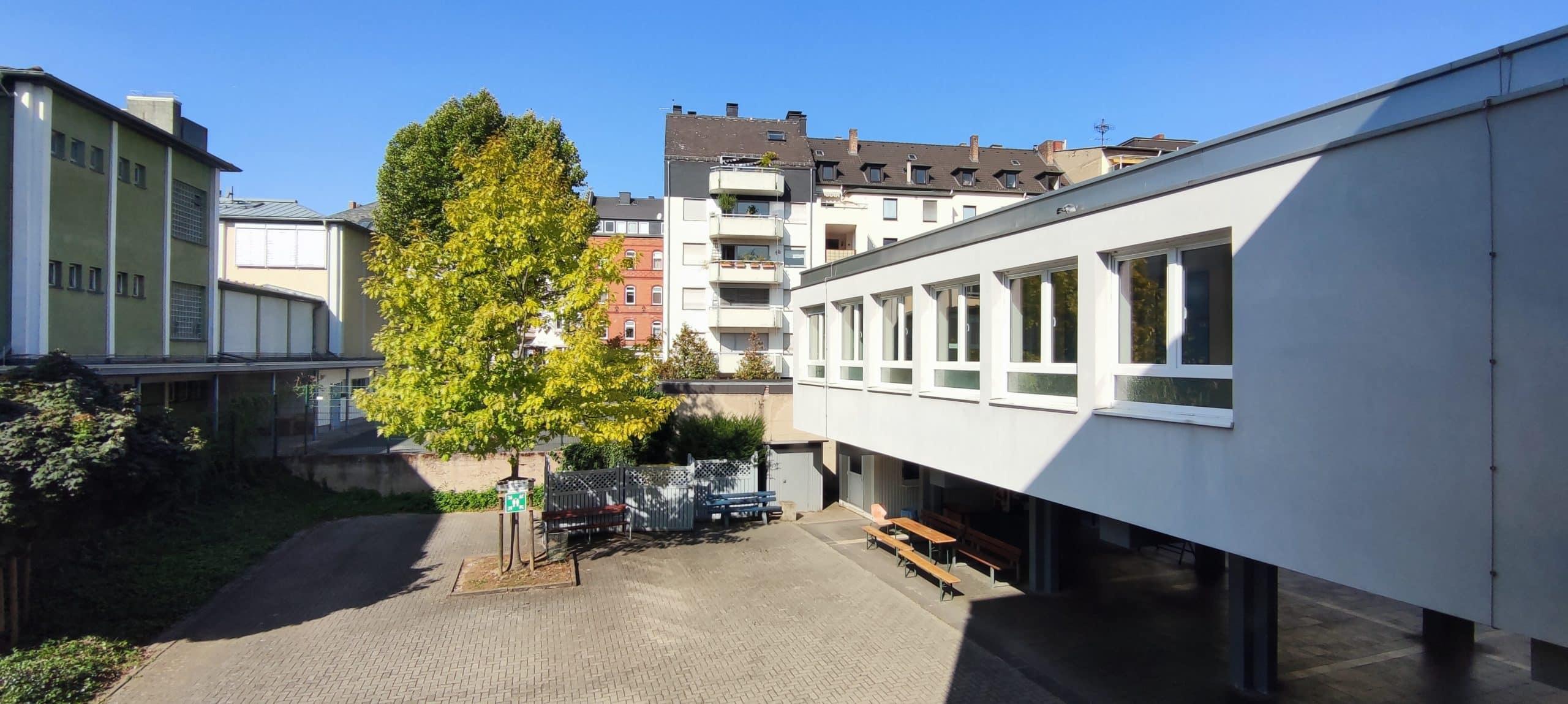 Dr. Zimmermannsche Wirtschaftsschule in Koblenz Schulhof aus Sicht des 1. OGs mit Blick auf den Anbau