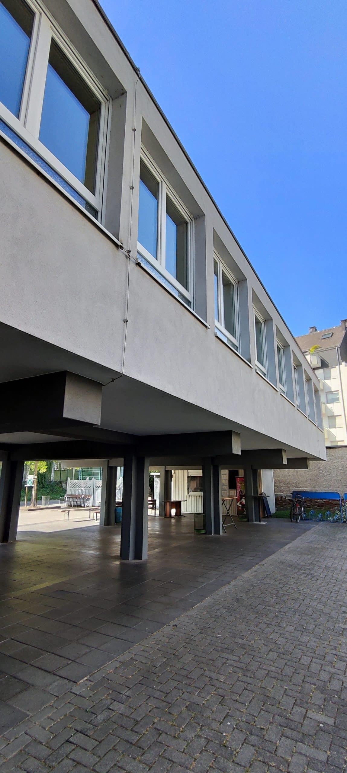 Dr. Zimmermannsche Wirtschaftsschule in Koblenz Schulhof mit Blick auf den Kiosk unter dem Anbau