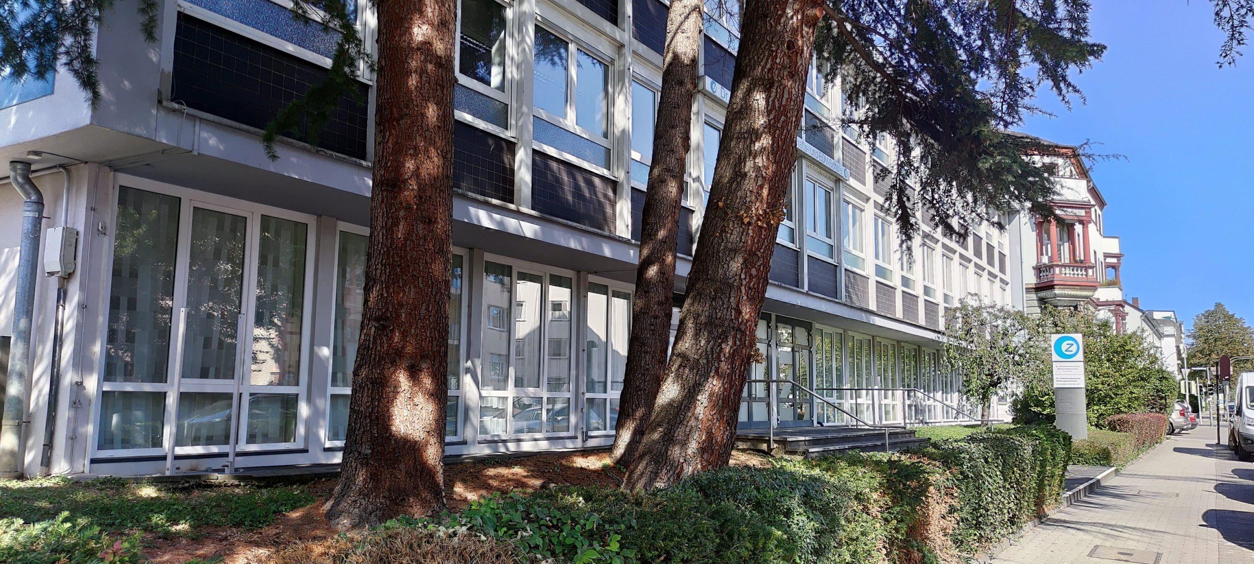 Dr. Zimmermannsche Wirtschaftsschule in Koblenz Schulgebäude aus Sicht der Hofeinfahrt über die Mainzer Straße