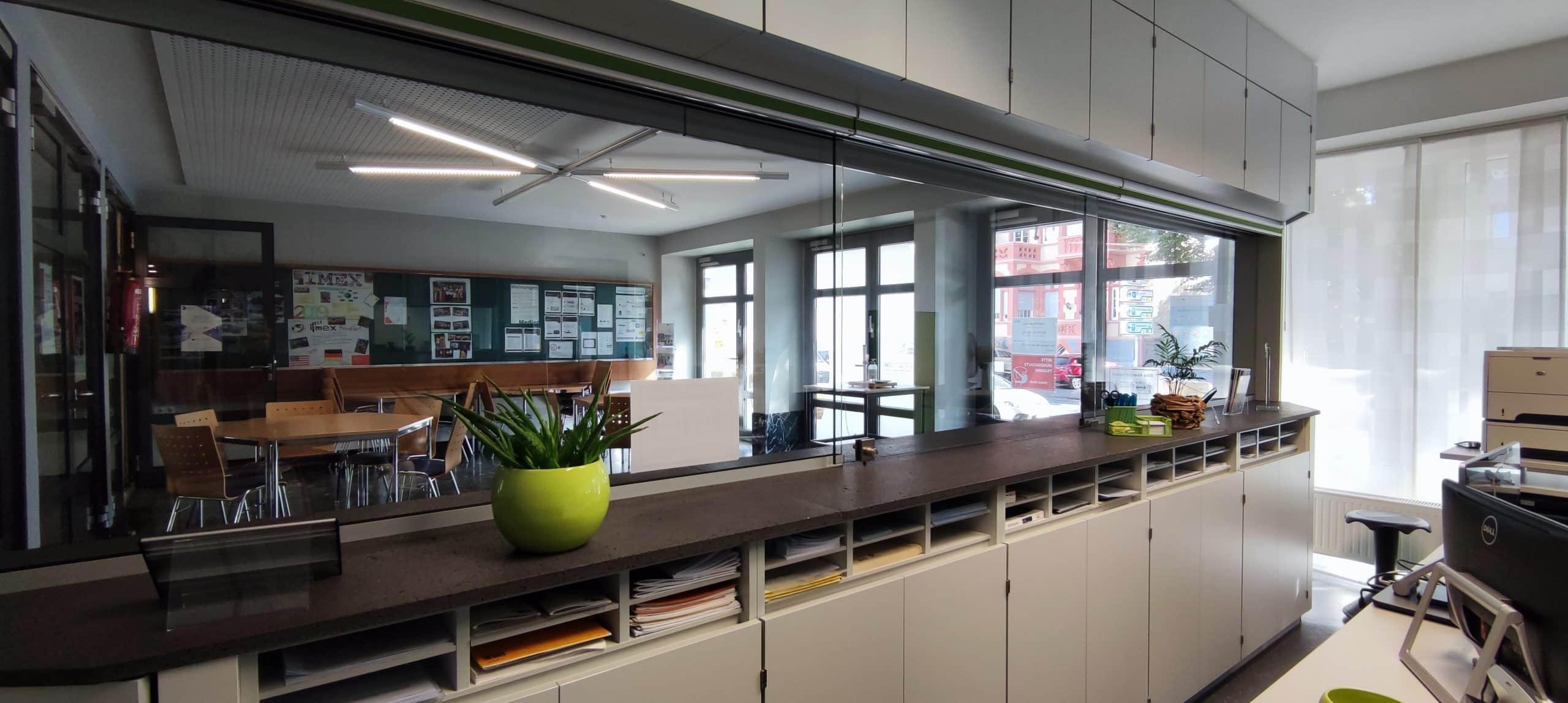 Dr. Zimmermannsche Wirtschaftsschule in Koblenz Blick vom Sekretariat in den Aufenthaltsraum