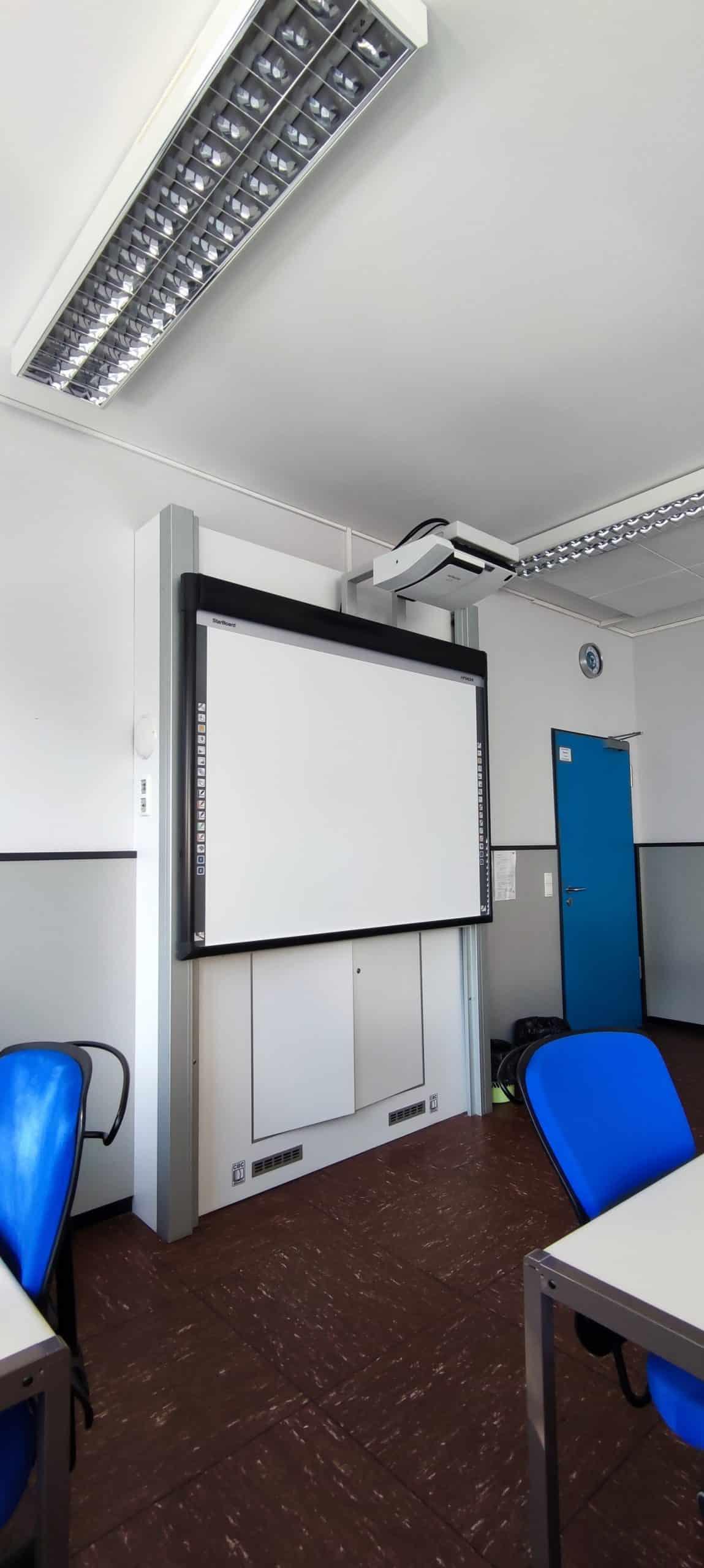 Dr. Zimmermannsche Wirtschaftsschule in Koblenz Klassenraum mit Smartboard