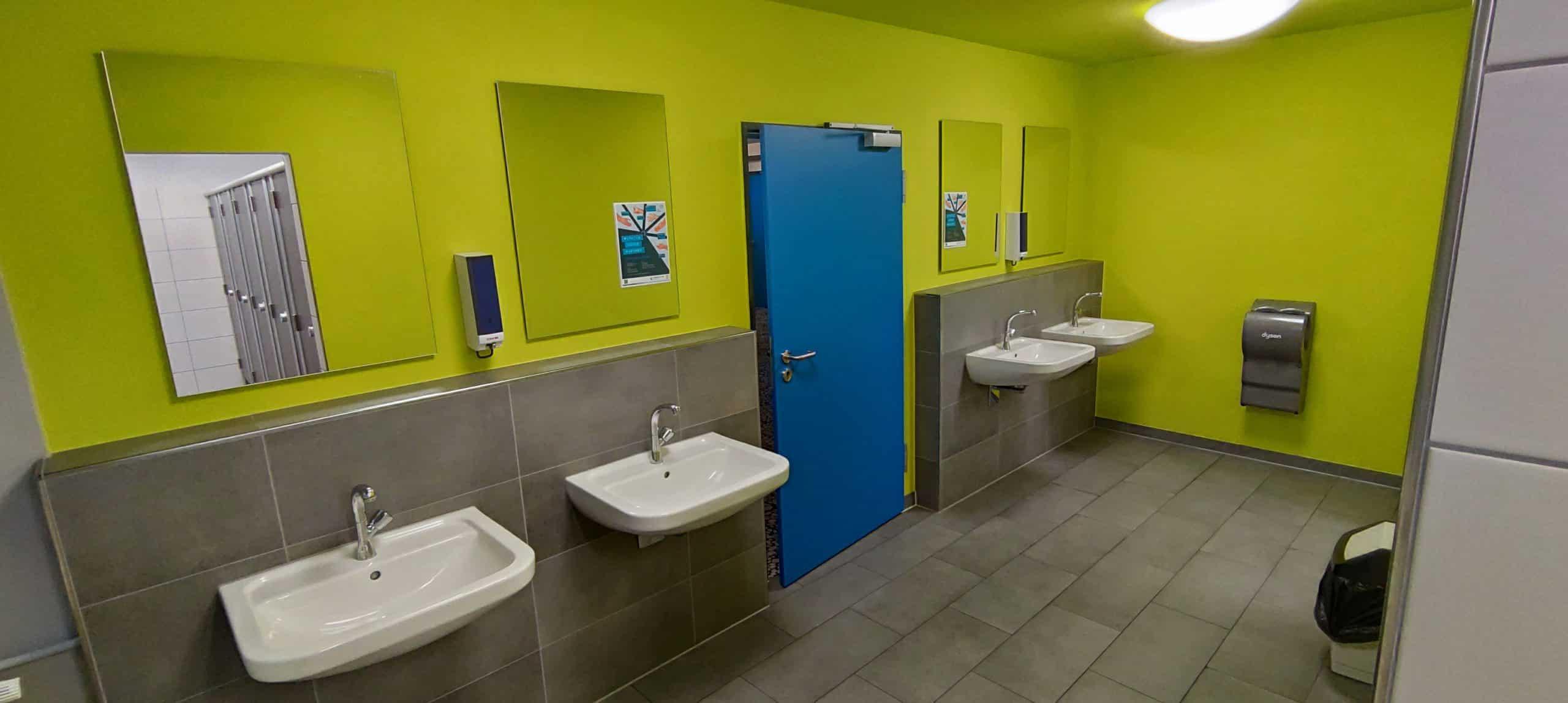 Dr. Zimmermannsche Wirtschaftsschule in Koblenz Waschraum der modernisierten Herrentoilette