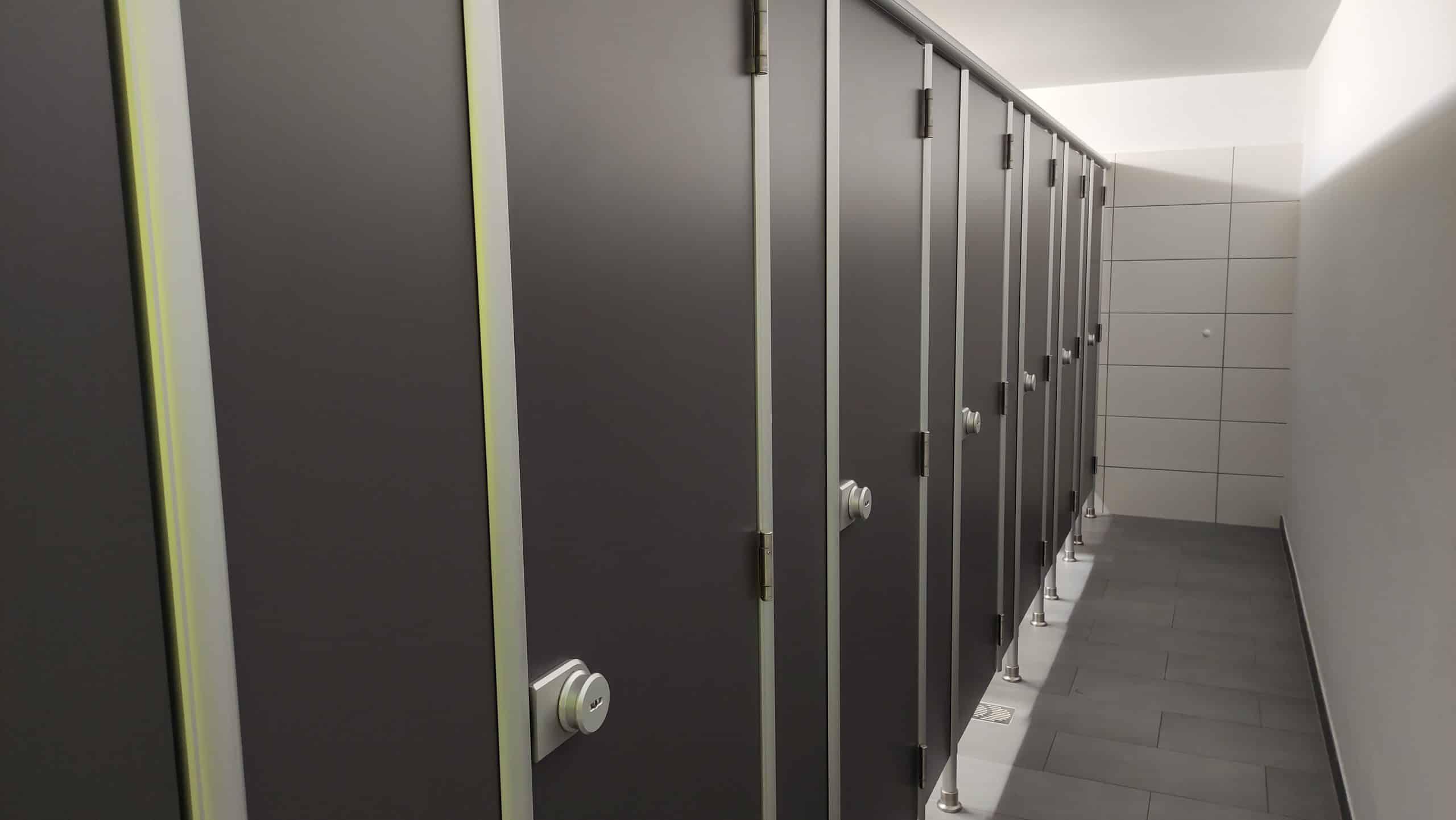 Dr. Zimmermannsche Wirtschaftsschule in Koblenz Kabinen der modernisierten Herrentoilette