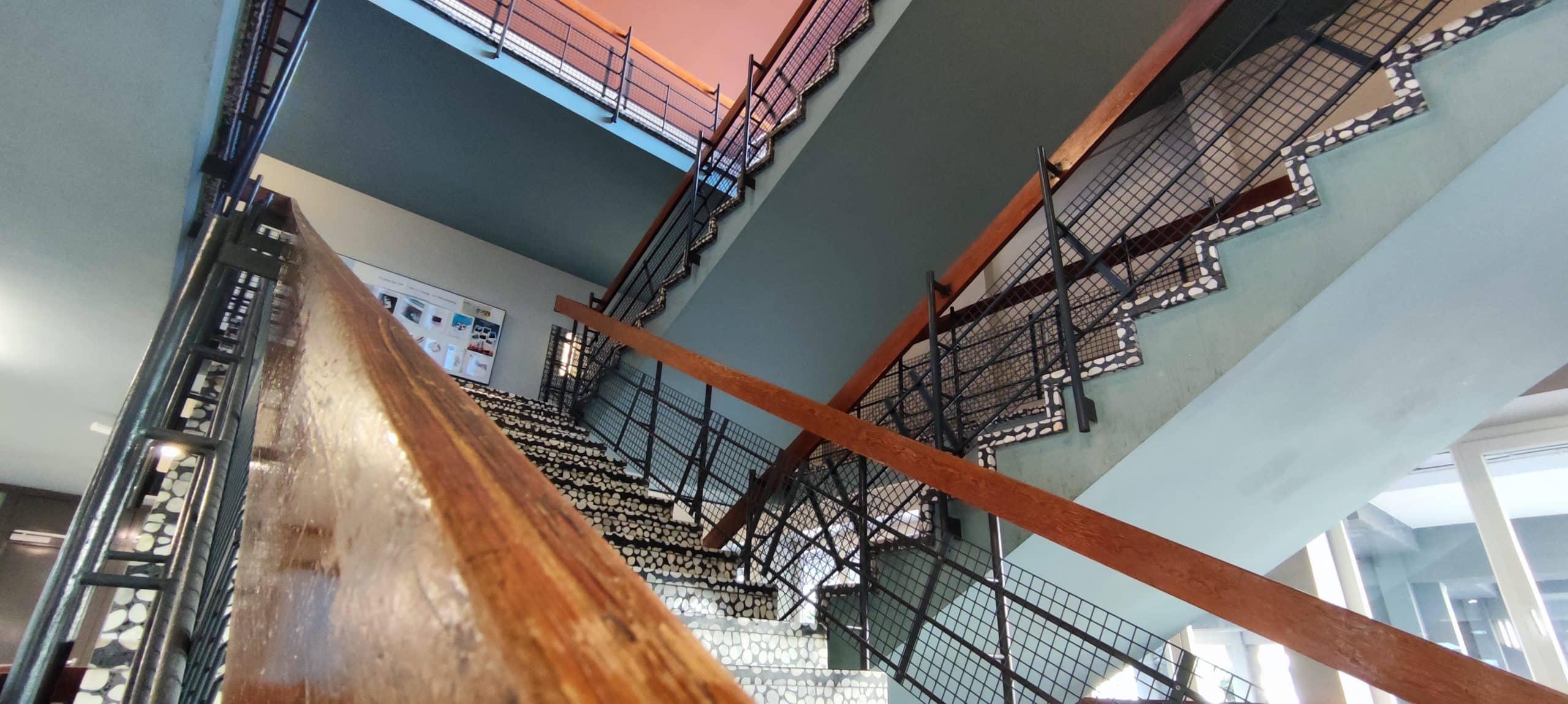 Dr. Zimmermannsche Wirtschaftsschule in Koblenz Treppenhaus aus Erdgeschoss-Perspektive